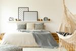 Schlafzimmer mit Bett und Hängematte - schlicht eingerichtet - Lagom 2018